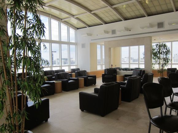 Review American Airlines Premium Lounge Miami Airport