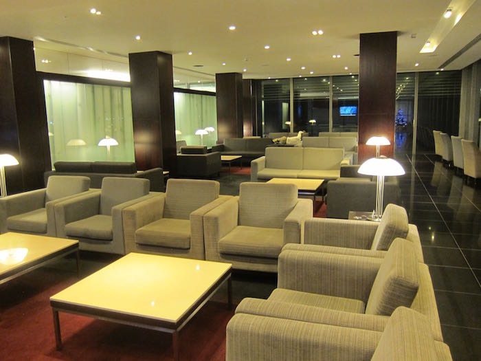 Review cathay pacific lounge london heathrow airport for Best airport lounge program